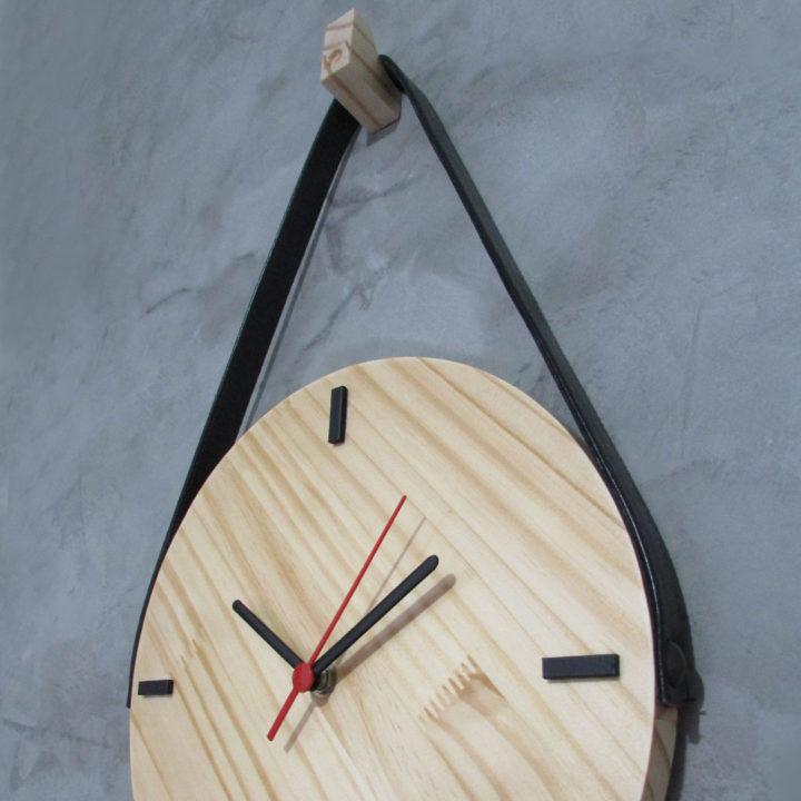 Relógio minimalista de parede em madeira